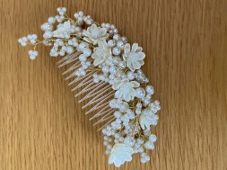 Comb with ivory flowers and pearls